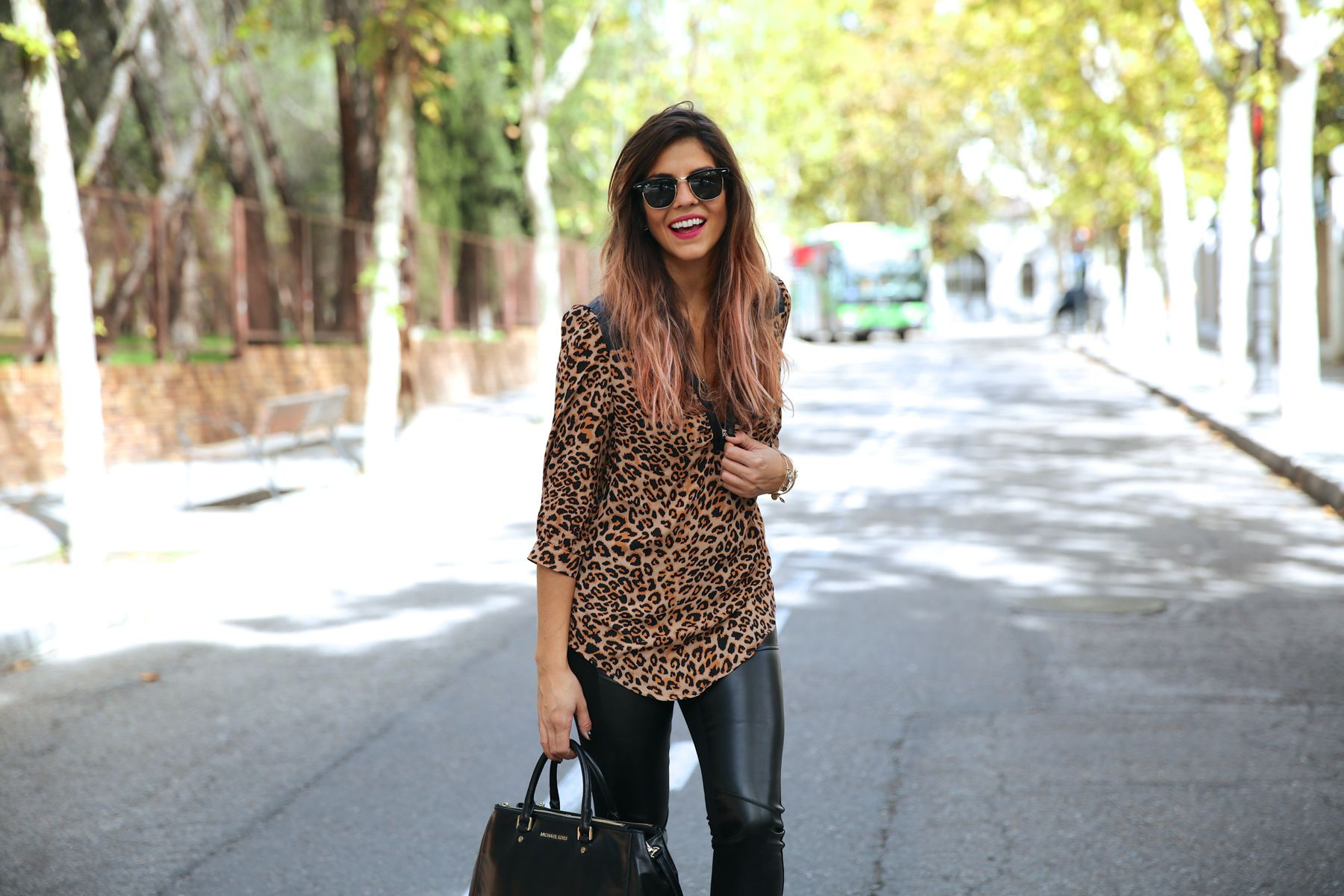 trendy_taste-look-outfit-street_style-ootd-blog-blogger-fashion_spain-moda_españa-leo_print-leopardo-converse-all_star-michael_kors-leggings-clubmaster-9