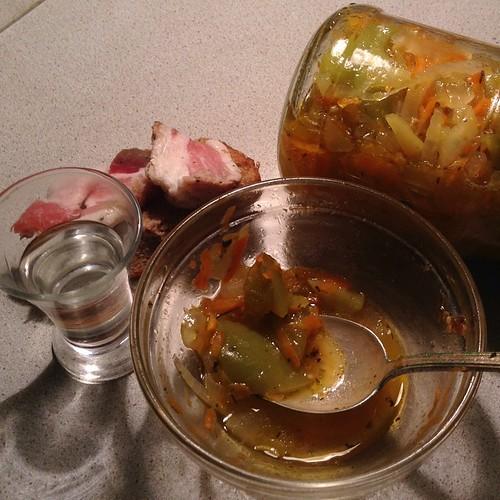 Салат из зеленых помидоров, банку специально повернула, чтобы видно было))) #нездороваяпища