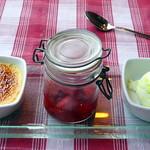 Gewürzte Erdbeeren mit Crème Brûlée und Buttermilch-Limetteneis