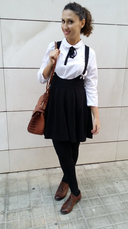 College, blusa blanca con lazada negra, pichi negro, zapatos Oxford marrones, maletín, white blouse with black bow, black pinafore, brown oxfords, suitcase, Mango, H&M, Calzedonia, Aliexpress, Parfois