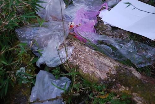 向陽山屋附近遭棄置的塑膠袋。(圖片來源:台東林管處)