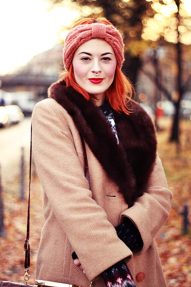 HERBST_OUTFIT_BLOG_BERLIN_VINTAGE_MANTEL_STIRNBAND_ROTE_HAARE_KUPFER_KLEIDERMARKT_2ND_HAND_NORWEGER_PULLOVER_PRIMARK_VINTAGE_MAKEUP_MAKE_UP_BEAUTY_DIP_BROW_POMADE_EYEBROWS_PIN_UP_BERLIN_ROCKABILLY