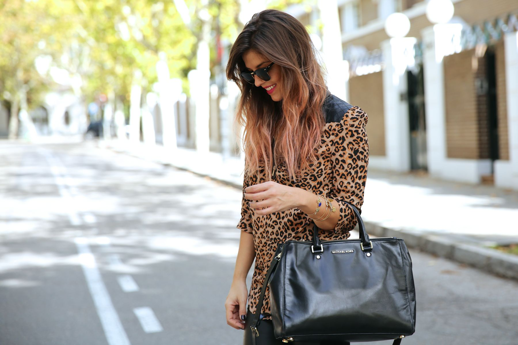 trendy_taste-look-outfit-street_style-ootd-blog-blogger-fashion_spain-moda_españa-leo_print-leopardo-converse-all_star-michael_kors-leggings-clubmaster-6