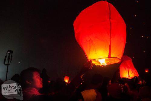 Pasangan yang sedang berpacaran menerbangkan lampion di Dieng Culture Festival 2014