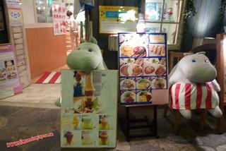 P1060515 Puedes comer junto al hipopotamo. Canal City, centro comercial (Fukuoka) 12-07-2010 copia