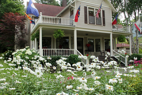 flowers houses michigan americanflag flags bayview petoskey chautauqua porches chautauquacommunity bayview11241 petoskey11241
