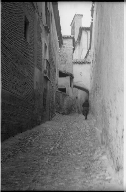 Travesía de Santa Isabel en Toledo a mediados del siglo XX. Fotografía de Roberto Kallmeyer © Filmoteca de Castilla y León. Fondo Arqueología de Imágenes