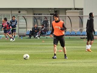 小林祐希選手。町田のベンチにはアルディレス監督の姿が見える。
