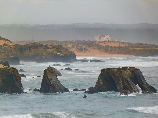 Paisaje rocoso de la costa alentejana próxima a Vila Nova de Milfontes (Portugal)