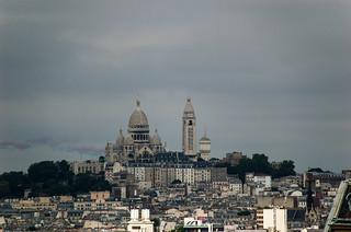 Vue sur Montmartre et le Sacré Coeur depuis l'Ile du Belvédère du Parc des Buttes Chaumont