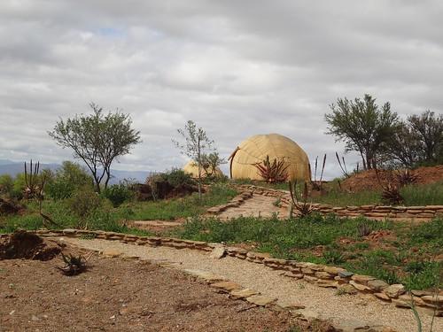 Строения округлой формы - воссозданные жилища коренного населения нама