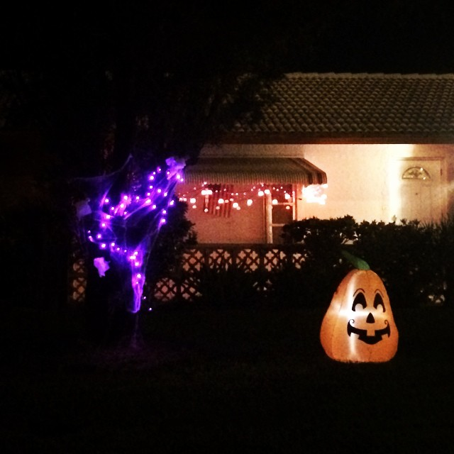 Finished the #Halloween decorations! I think our house looks pretty cute!! #pumpkin #spooky #southflorida
