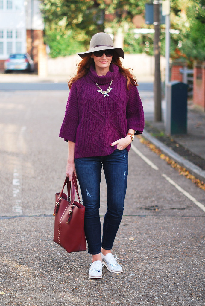 Seventies style - oversized purple knit, floppy hat