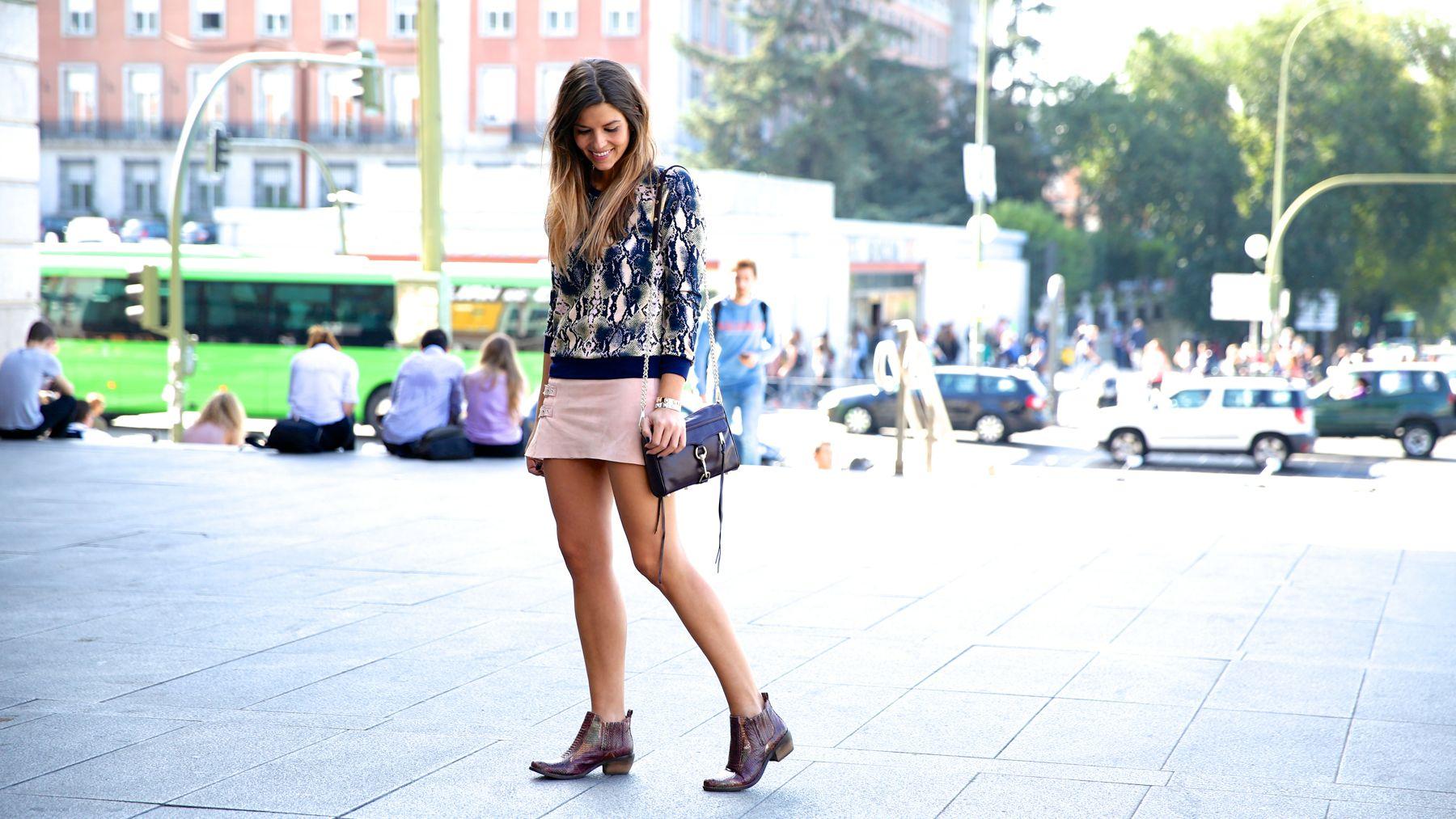 trendy_taste-look-outfit-street_style-ootd-blog-blogger-fashion_spain-moda_españa-girissima.com-sweatshirt-sudadera-estampado-crocodile-cocodrilo-botines-booties-pink_skirt-falda_rosa-6