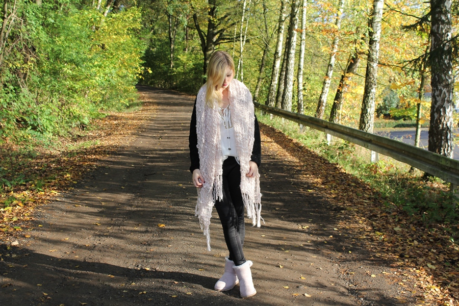 outfit-cozy-autumn-light-ugg-boots-feather