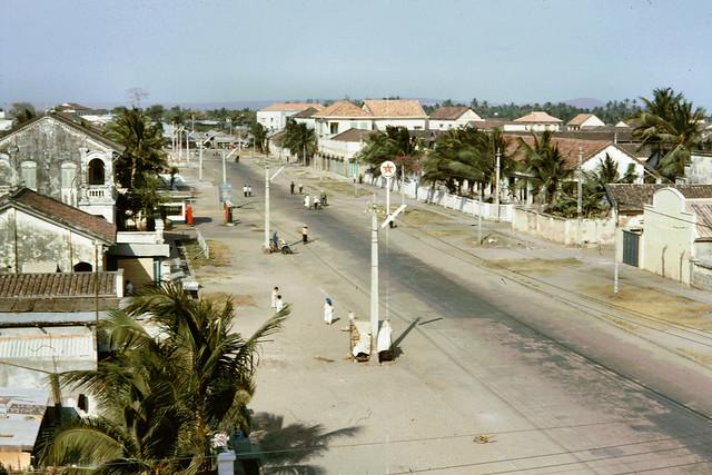 Phan Thiết 1965 - Con đường chính chạy xuyên qua thị trấn. Photo by John Hansen