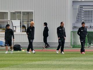 芝生の状態を確認するためフィールドに現れた高橋祥平選手と西紀寛選手