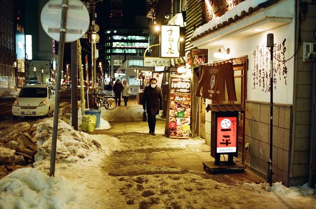 札幌 Sapporo, Japan / Kodak ColorPlus / Nikon FM2 飄完大雪後,路面上的雪踐踏後有點泥濘濕漉。  只是想到這卷底片對於黃色調的表現很棒,所以看到黃光就盡量拍起來。  效果還不錯。  Nikon FM2 Nikon AI AF Nikkor 35mm F/2D Kodak ColorPlus ISO200 8268-0019 2016/02/02 Photo by Toomore