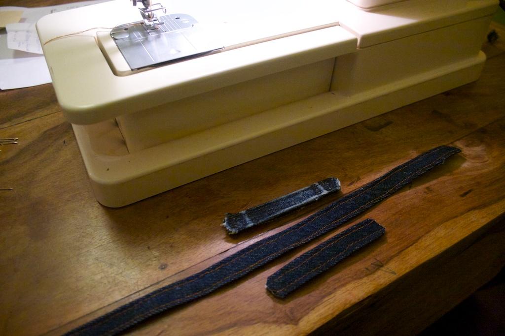 Gürtelschlaufen werden an einem Stück gefertigt. Wer Langeweile hat, kann die auch einzeln nähen.
