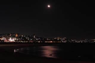 Image of 大蔵海岸. park city moon building beach japan 35mm eclipse town sigma fullmoon merrill foveon mooneclipse 満月 月 sd1 risingmoon 月食 大蔵海岸 明舞団地 sd1merrill sigma35mmf14art sigma35mmart sigma3514art