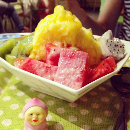 Mango mein mein ice with kiwi, watermelond and dragon fruit綜合水果雪花冰