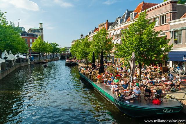 De terrazas en el canal