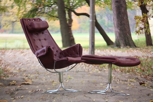 Overwhelming Swedish Midcentury Modern Bruno Mathsson Leather Swivel Jetson Armchair and Ottoman for Dux (Sweden, 1969)