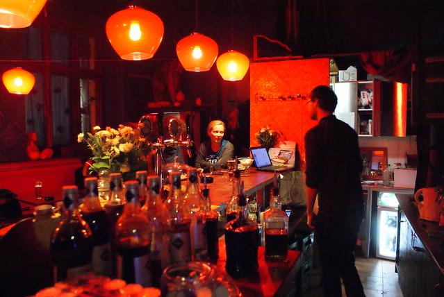 Autour du comptoir du bar Szafé à Cracovie