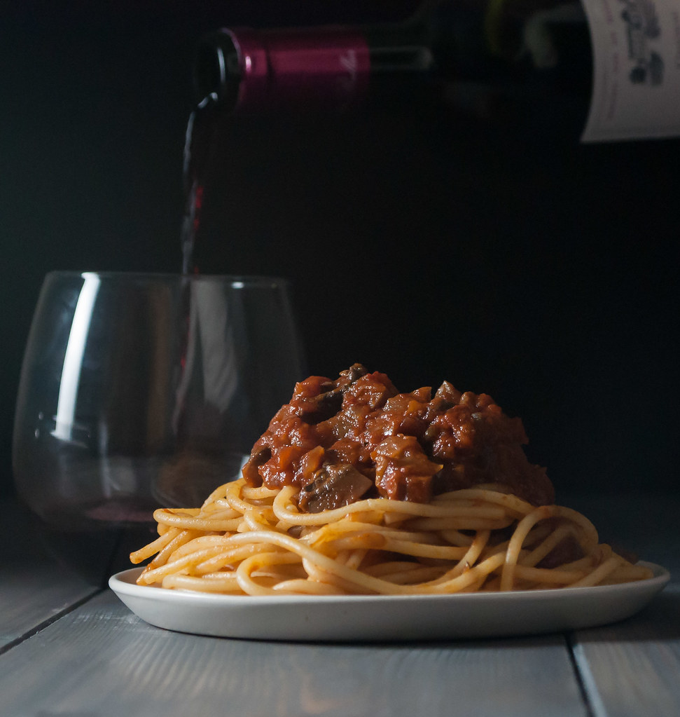 Mushroom marinara and wine pour