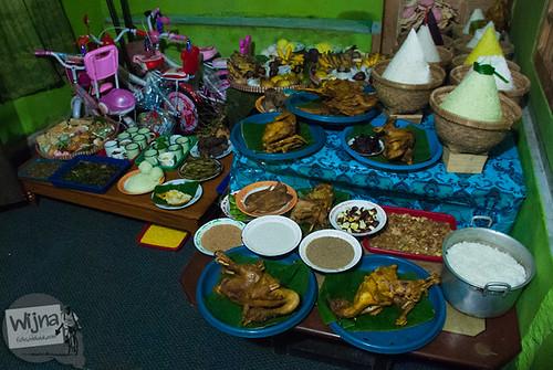 berbagai macam sesaji yang dipersembahkan untuk roh nenek moyang Dieng pada acara Dieng Culture Festival 2014