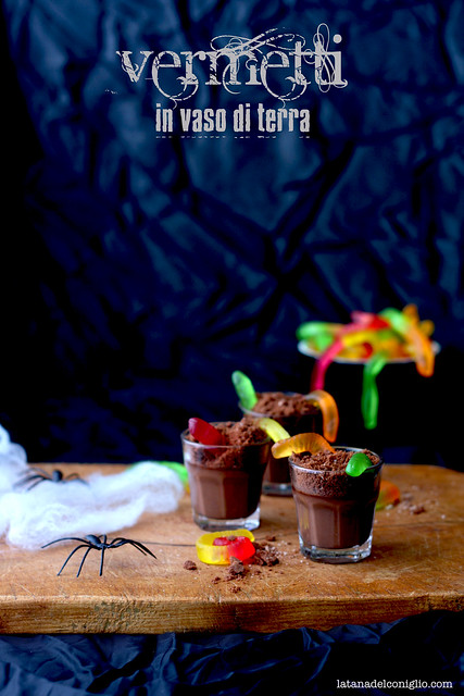 Vermetti in vaso di terra, o budini di Halloween al cioccolato con caramelle gommose