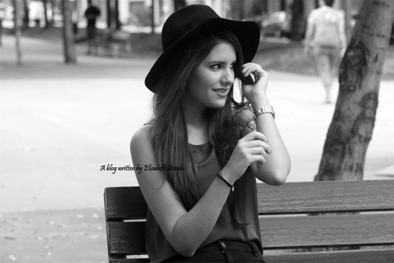 sombrero-negro-stradivarius---camiseta-burgundy-y-botas-XTI-HEELSANDROSES-(8)