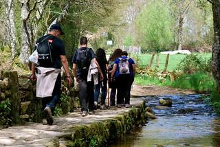 Caminando por el borde del río.