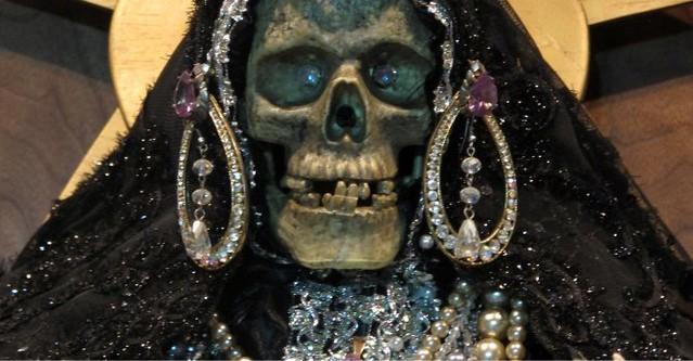 Un altar a la Santa Muerte en un departamento de Queens, NY. | RUSSELL CONTRERAS/AP
