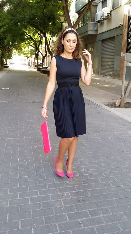 Vestido, elegante, azul noche, plisado, greca de pasamanería, zapatos fucsia de punta redonda, clutch de piel rosa flúor, preppy, diadema, champán, lazo, dress, blue night, pleated, fret trimmings, round toe fuchsia shoes, fluorine pink leather clutch, champagne headband with bow, Mango, Zara, Beloved Woman, Cosetes de Marta, Gemmasu Jewels, Aristocrazy
