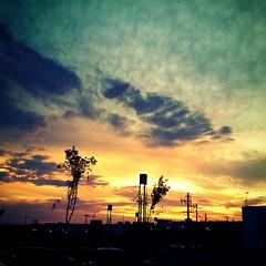 A visão rápida de um belo pôr do sol é o consolo quando os planos para a noite são frustrados. #100happydays #day99