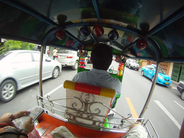 A bordo de un tuktuk que va a toda mecha por Bangkok