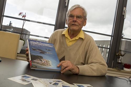Frans Peter Schulte met zijn boek over Nieuw Guinea