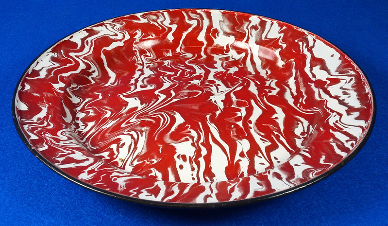 RD12970 Antique Vintage Graniteware Red and White Swirl Dinner Plate Black Rim DSC06620