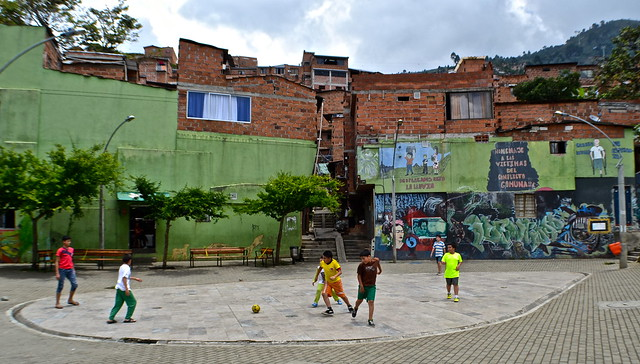 kids playing futbol, santo domingo medellin