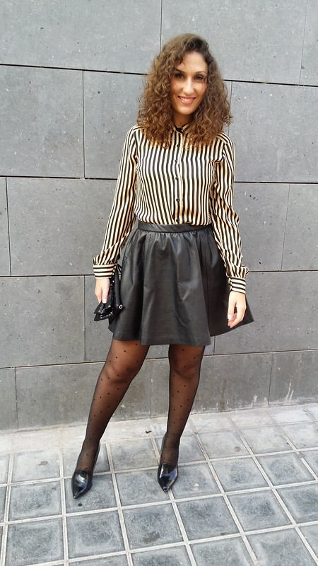 blusa de rayas beige y negras, mini falda, piel negra, medias de plumetis negras, zapatos de salón negros, beige and black striped blouse, black leather mini, black plumetis tights, black shoes, Traka Barraka, H&M, Calzedonia, Zara, Suiteblanco, Stadivarius