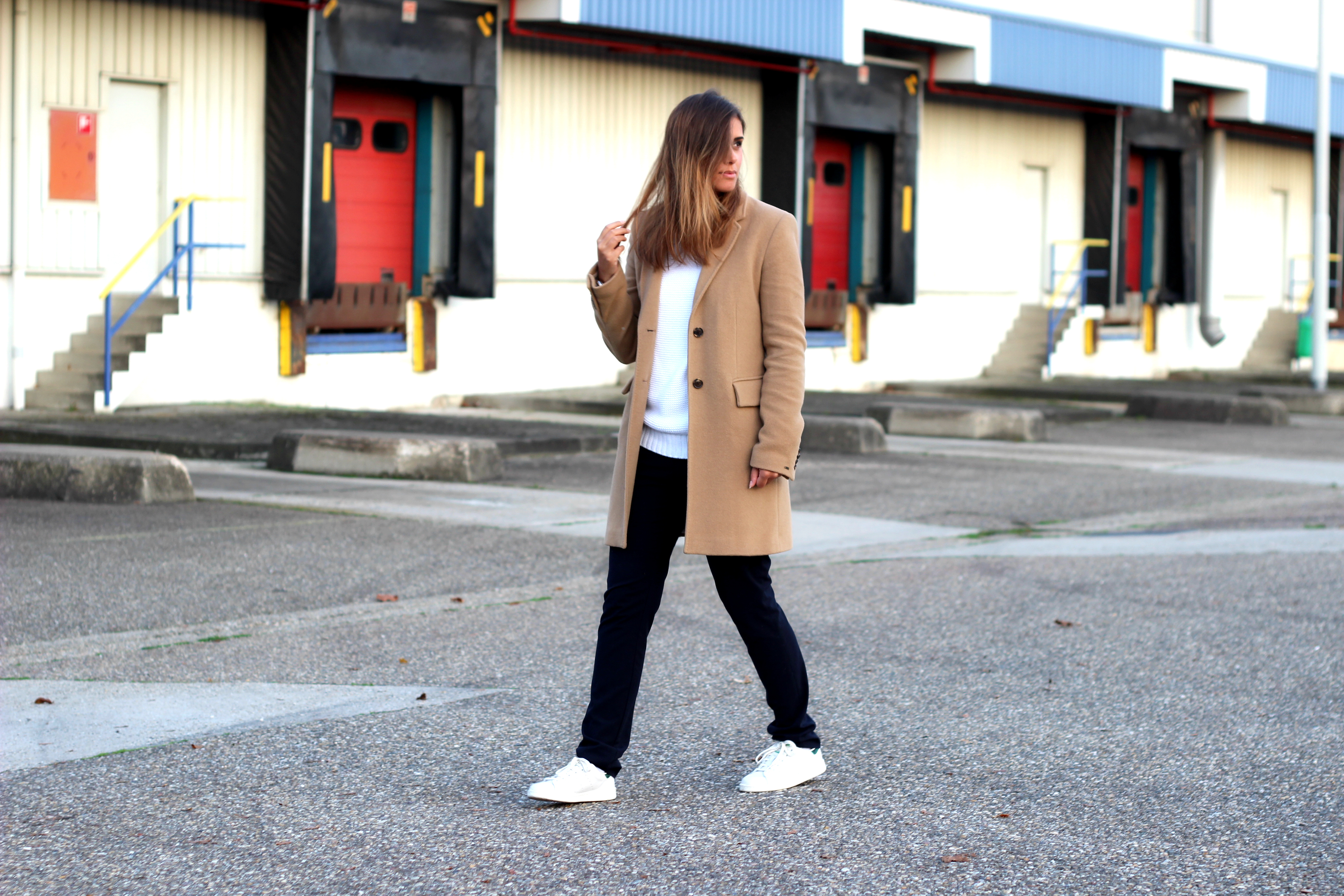 2-long-winter-coat-white-clean-sneakers-inspiration