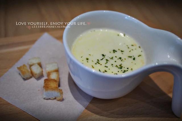 附餐濃湯與麵包丁-1