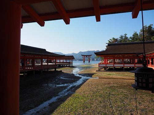 厳島神社 廻廊から望む大鳥居