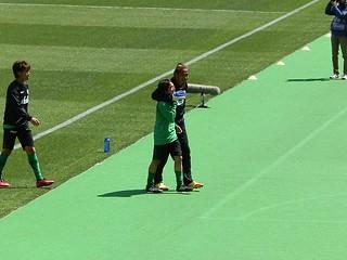 梶川諒太選手に軽くヘッドロックを掛けながら引き揚げる土肥洋一選手。