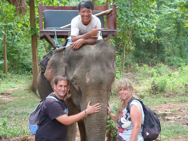 Sele y Rebeca en Elephant Village (Laos)