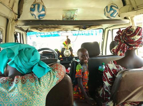 lugares gente senegal sénégal niño chaval boy kid child mamás moms autobús bus balones pelotas balls africano african sonrisa smile