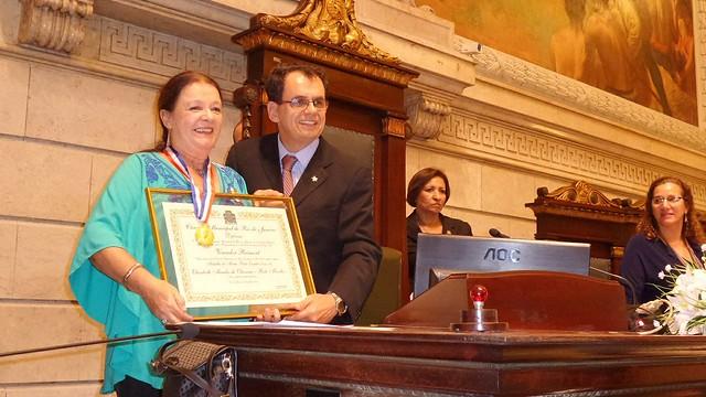 Bete Mendes recebe a Medalha Pedro Ernesto oferecida pelo vereador Reimont - Créditos: Divulgação