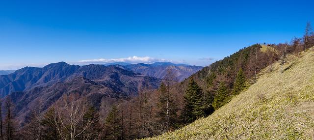 奥秩父の山々が広がる、、、雲取山・避難小屋が目前に迫る