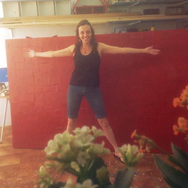 E esta é a maior tela que pintei na vida! Mede 3 x 1,5, e foi texturizada antes da pintura! Ficou linda de viver! #tela #telaabstrata #pintura #pinturaemtela #pinturaabstrata #alemdarua #alemdaruaatelier #veronicakraemer #red #vermelho #textura